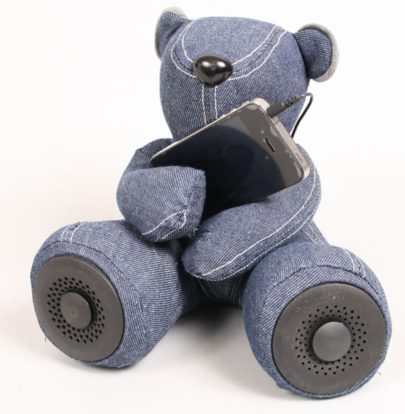 Teddy Bear Speaker cuddles your iPhone and iPod