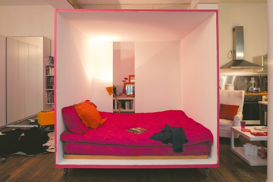 The Moving Bed Cube: Your personal bedroom in the middle of the room