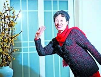 Chinese Woman weaves a sweater and a hat out of her own hair!