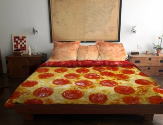 Pizza Bedspread and Crust Pillows Are Yummilicious