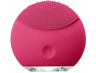 Look Radiant with FOREO LUNA™ Mini Facial Brush