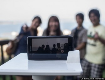 Selfie Stand In Fujisawa Japan takes Pretty Pictures of Tourists